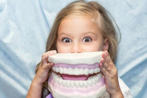 Как научить ребёнка беречь зубы?